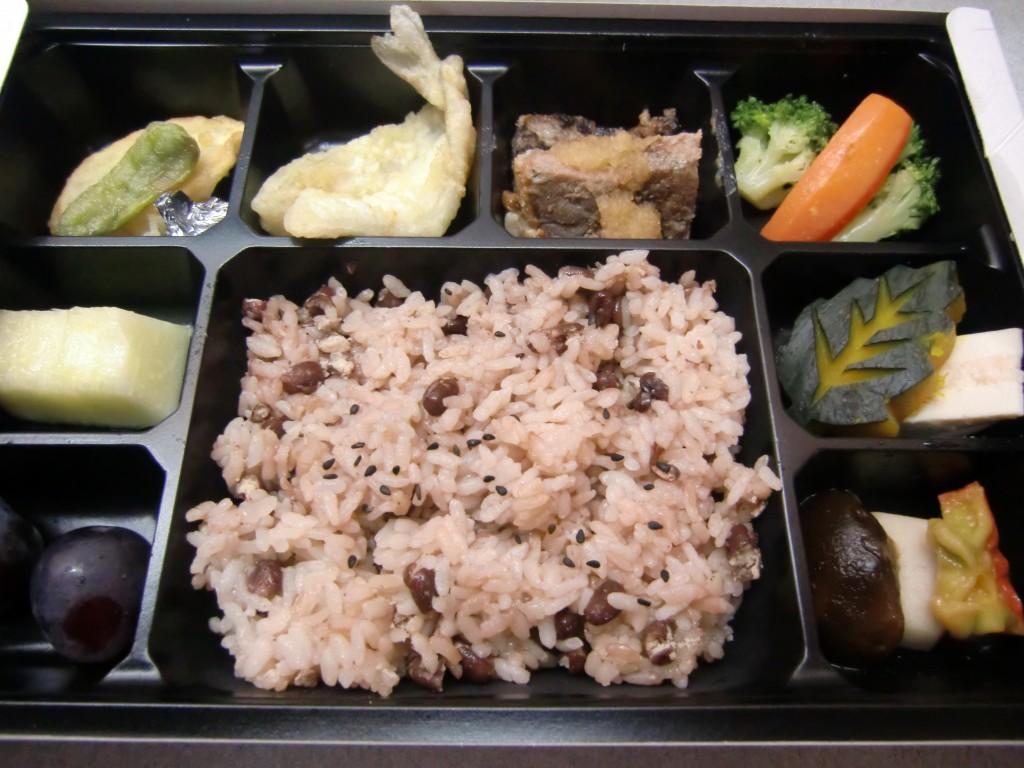 今回のお祝い膳です。天ぷらやステーキ、どれも美味しそうです。