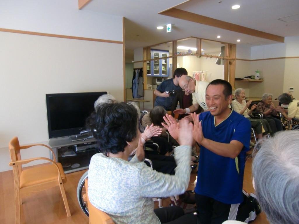 シンプルな振り付けで、誰でも簡単に踊れます!
