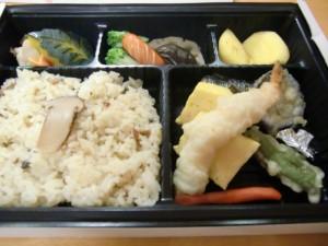 今回のお弁当です!松茸ご飯や天ぷらが振る舞われました!美味しそうです!