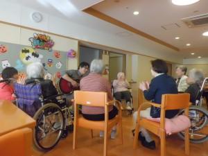 挨拶の歌です!中原療法士がアドリブで曲を作りながら歌いかけました
